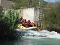 Por los rápidos del río haciendo rafting