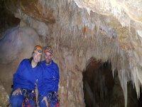 La pareja en el interior de la cueva