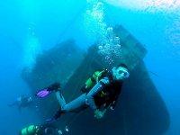 Buceando junto a un barco hundido