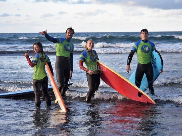 Grupo disfrutando del surf