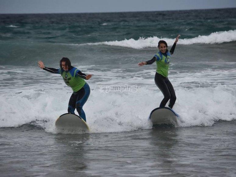 Pareja de surferas