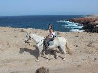 Junto a los acantilados a caballo