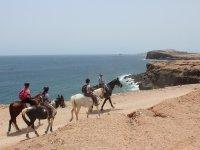 Montando a caballo al lado del mar