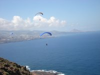 En varios parapentes sobre el mar en Canarias