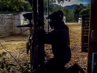 儿童彩弹射击在Tossa de Mar有200个球
