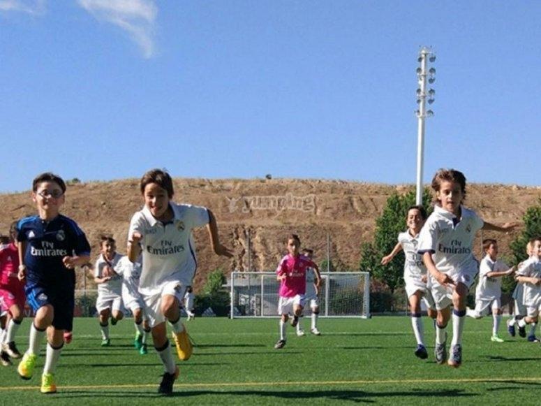 Corriendo en el campo de futbol