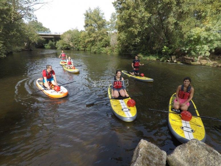 Gruppo di paddle surf nel fiume