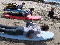 Aprendiendo en la arena movimientos de surf