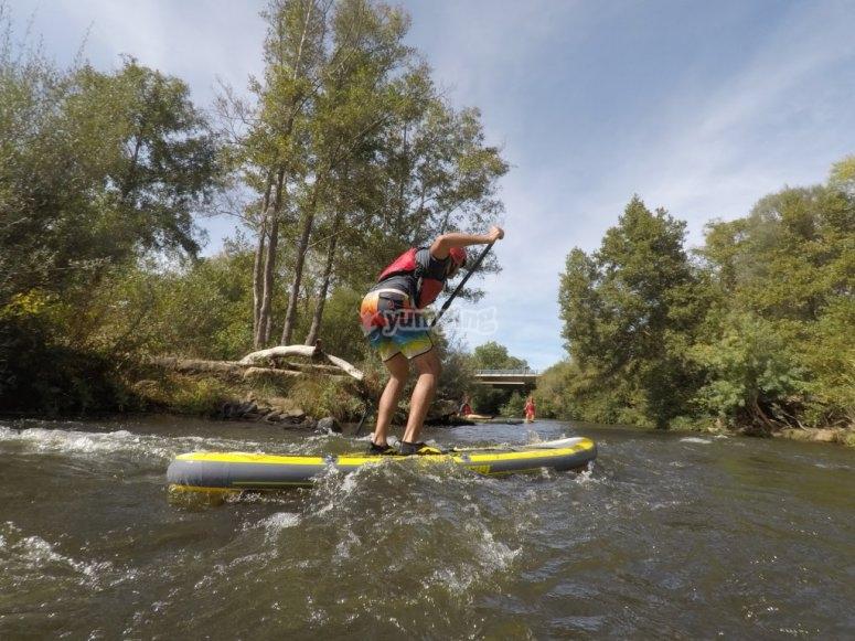 Navegando en paddle surf en el rio