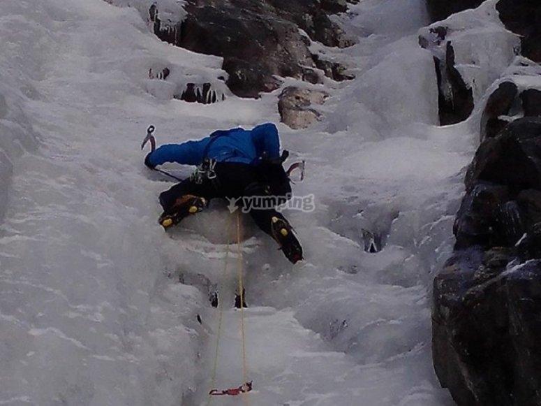 Ascendiendo por la pared de hielo