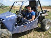 En el buggy con su novia