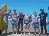 Alumnos de surf que lo dan todo