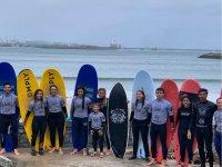 Foto de grupo con el campamento de surf
