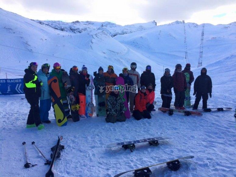 Grupo de esquiadores y de snow