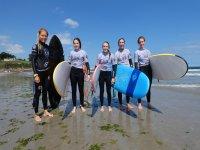 Alumnos en la orilla con las tablas de surf