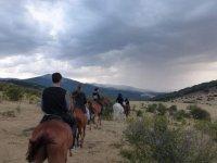 Dirigiendonos con los caballos hacia las montanas