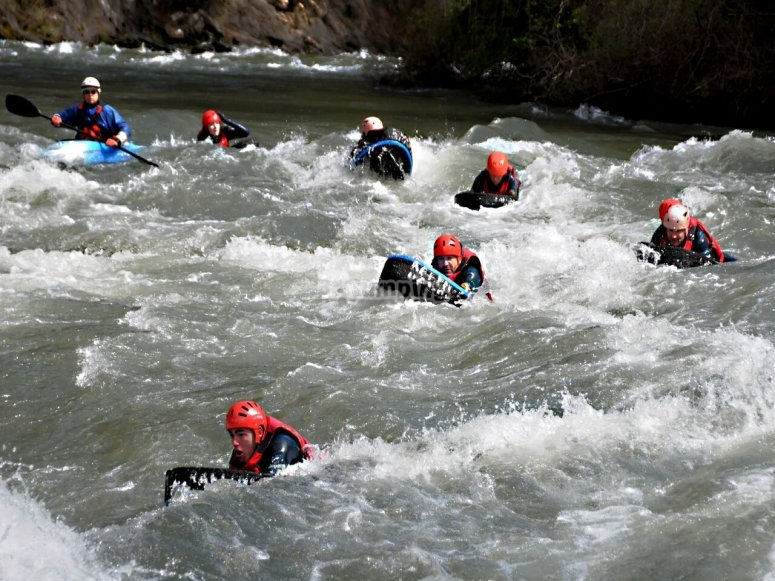 en grupo en el agua