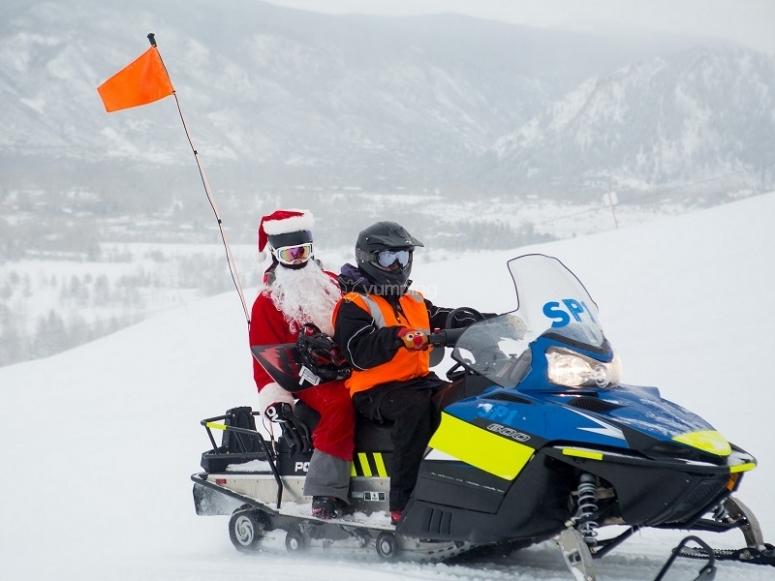 Papa Noel a bordo de la moto de nieve