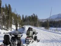 Motos de nieve listas para la ruta