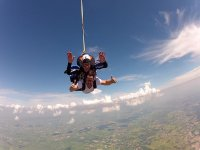 在云层中跳伞