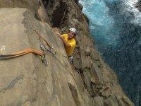 Escalando al lado del mar