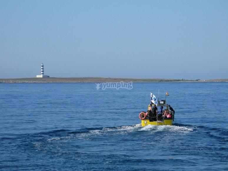 去潜水船到潜水点在梅诺卡岛浮潜海岸海底船