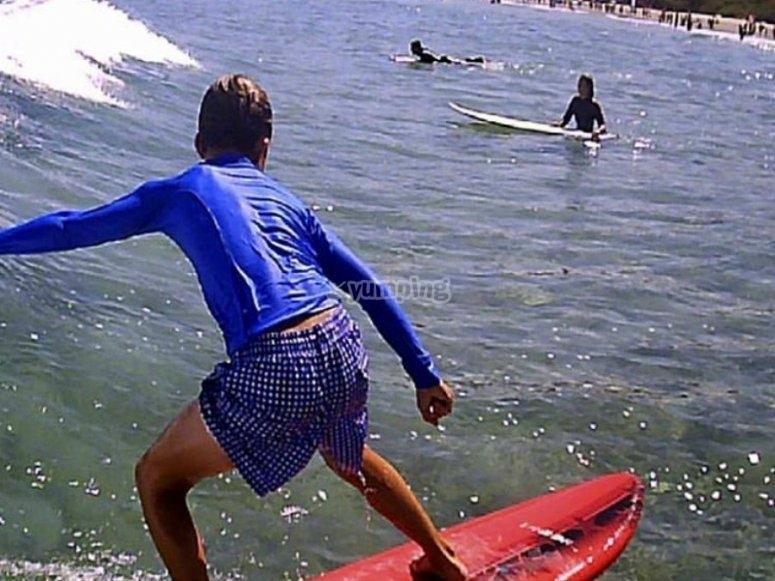 在冲浪课上享受冲浪