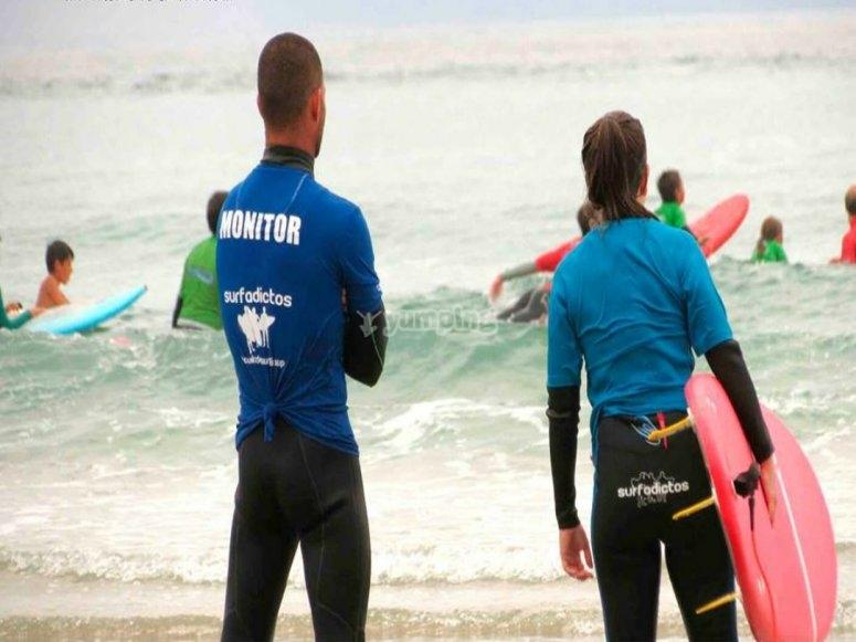 看着学生准备好冲浪