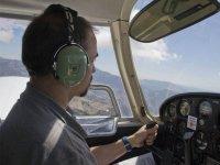 Llevando los mandos del avion
