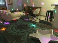 Sala con sofa blanco