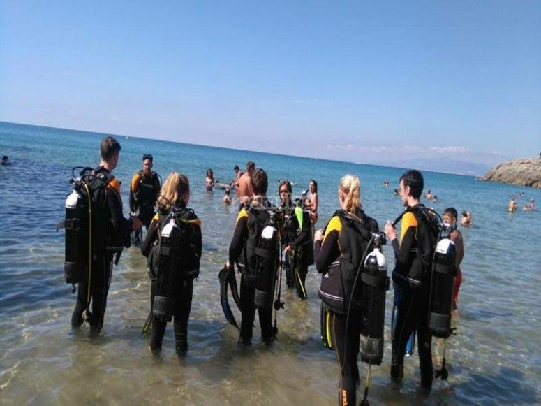 Submarinistas entrando en el agua