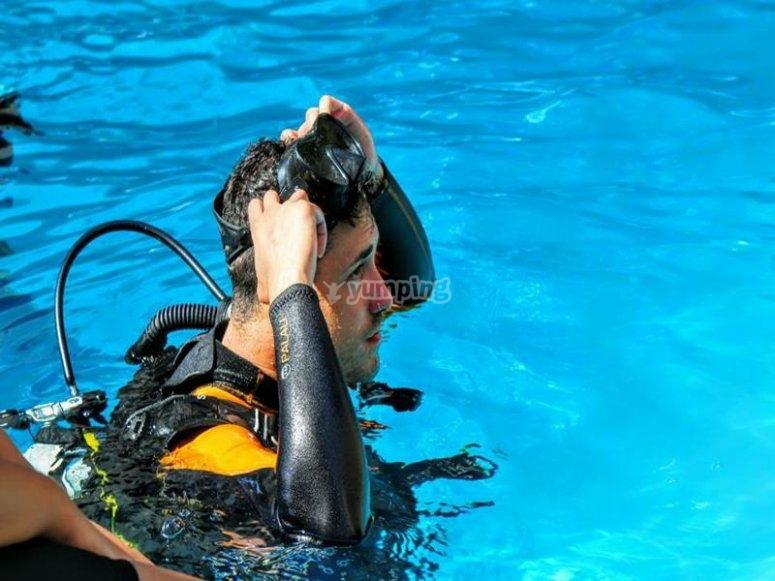 Quitandose las gafas en la piscina