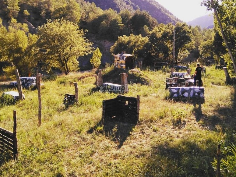 Escenario de paintball en la naturaleza