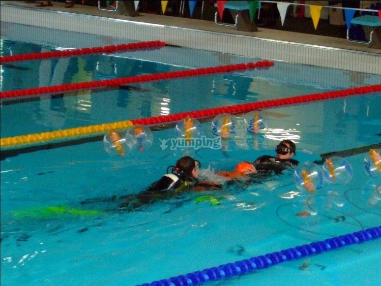 Buceadores preparandose en la piscina