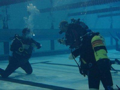 星期六在巴利亚多利德的游泳池潜水洗礼