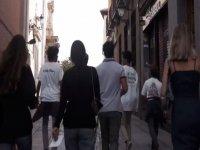Gruppo in giro per la città giocando