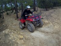A bordo de un quad rojo