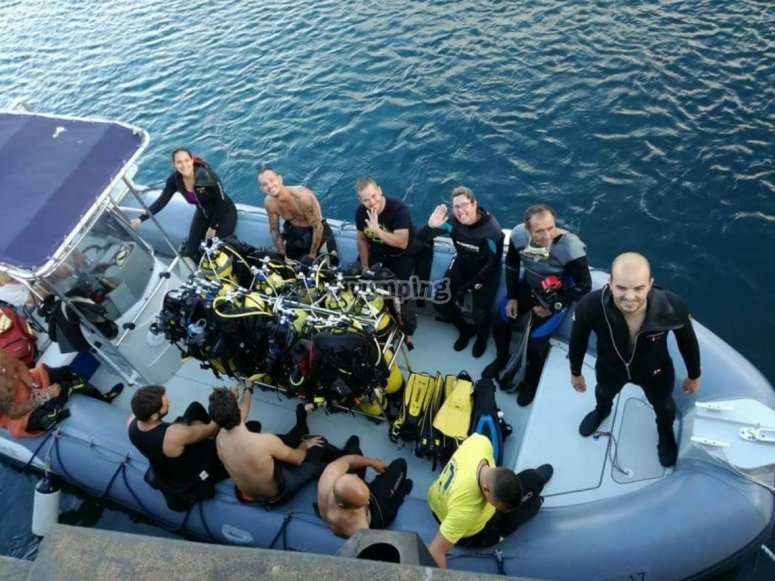 Buceadores en la embarcacion