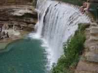 cascada de agua entre las montanas