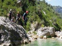 chico saltando al agua desde una roca