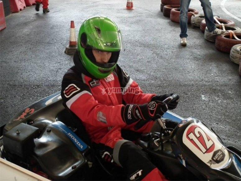 Pilota concentrato nel kart