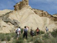 grupo de personas observando una montana en la naturaleza
