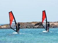 Alumnos avanzando en el windsurf