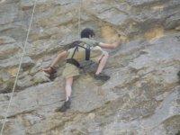nino escalando por un rocodromo vertical