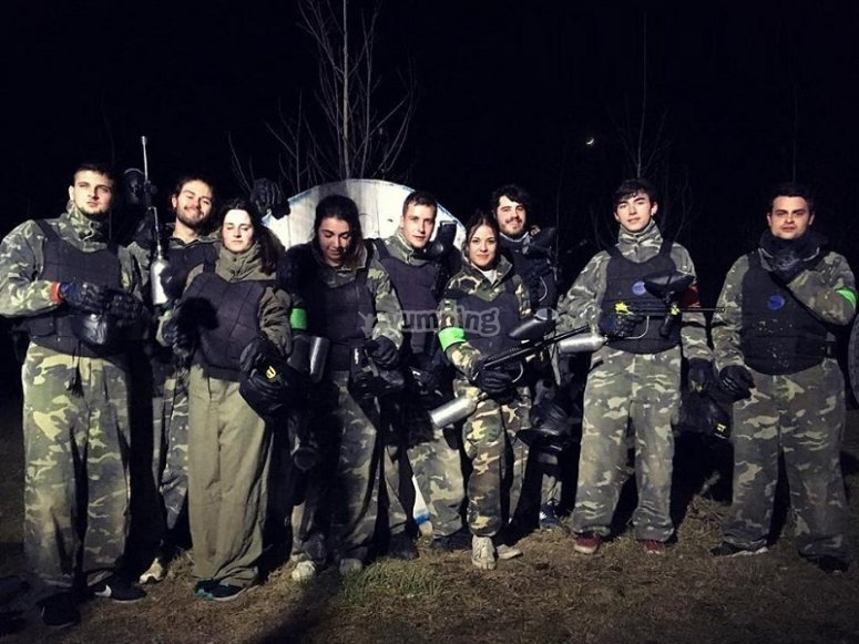 Partida de paintball nocturna