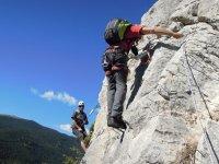dos hombres escalando una pared vertical