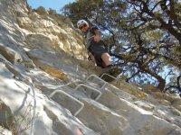 hombre practicando via ferrata en una pared vertical