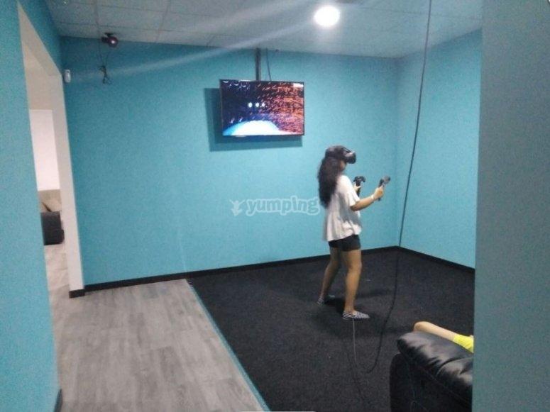 在虚拟房间里玩游戏