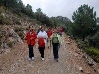 mujeres practicando por la montana