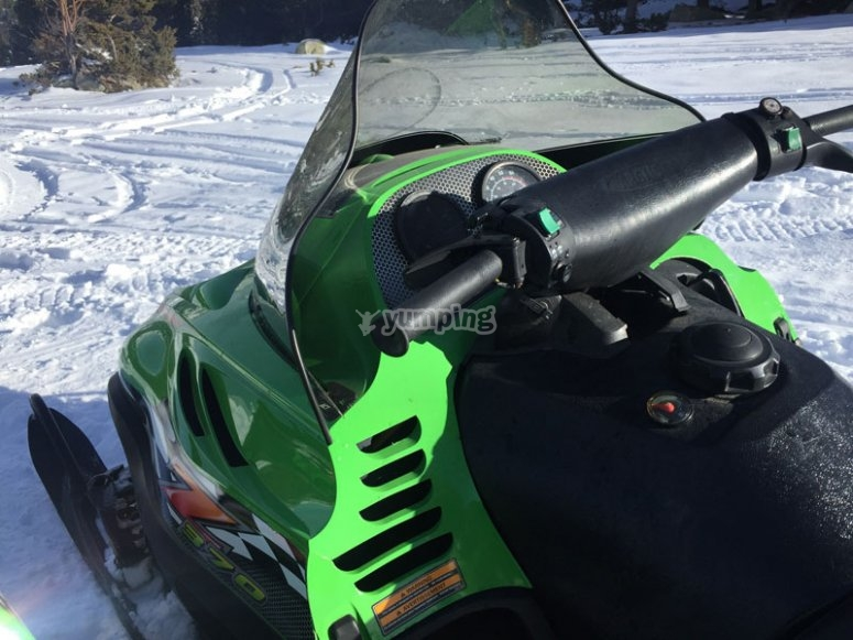 Moto de nieve verde